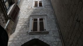 De vlotte camera regelmatige brede hoek schoot langs straat in de oude stad Kotor