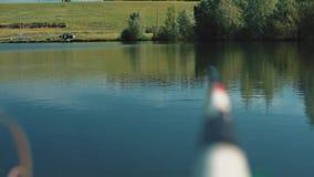 De vlotter daalt periodiek in het meer stock videobeelden