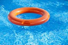 De vlotter in de pool royalty-vrije stock afbeeldingen