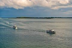 De vlotter van cruiseschepen in overzees op blauwe hemel Watervervoer, schepen De zomervakantie, het reizen Zwerflust, avontuur stock foto