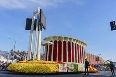 De vlotter van de forumclub in beroemde Rose Parade royalty-vrije stock fotografie