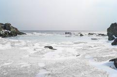 De vlotter van ijsijsschollen in het zeewater in de lente in de baai Landschap van de kust van het Verre Oosten van Rusland Royalty-vrije Stock Afbeelding