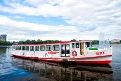 De vlotter van de kruiserboot op rivierwater in Hamburg, Duitsland stock foto's