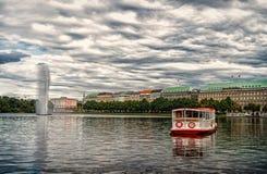 De vlotter van de kruiserboot op rivierwater in Hamburg, Duitsland royalty-vrije stock foto