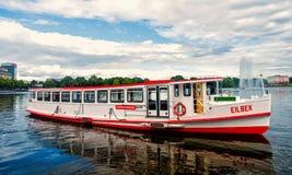 De vlotter van de kruiserboot op rivierwater in Hamburg, Duitsland royalty-vrije stock afbeeldingen