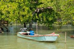 De vlotter van de vissersboot bij mangrovebos Royalty-vrije Stock Foto
