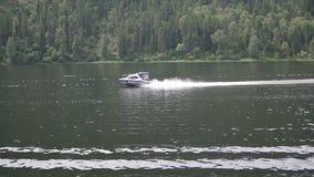 De vlotters van de motorboot op de rivier stock video