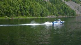 De vlotters van de motorboot op de rivier stock videobeelden