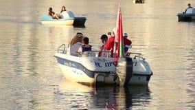 De vlotters van de motorboot op de rivier, rondvaart stock video
