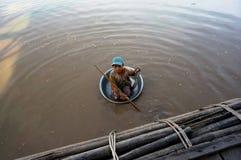 De vlotters van het bedelaarskind in een bassin van vuile Tonle SAP Royalty-vrije Stock Fotografie