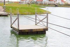 De vlotters van het veerbootvlot op het water Stock Foto