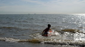 De vlotters van de tienerjongen bij Britse kust op opblaasbare matras stock videobeelden