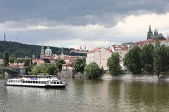 De Vltava-Rivier en de meningen van de oude stad stock foto