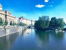 De Vltava-Rivier van Charles Bridge, Praag wordt gezien - Tsjechische Republiek die royalty-vrije stock fotografie