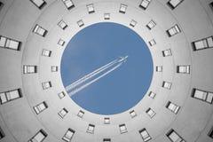 De vlucht aan vakantie uit bureau modern onregelmatig rondschrijven bouwt Stock Foto's