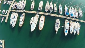 De vlucht over jachten en varende boten dokte bij jachthaven, reis rond wereld stock footage