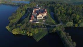 De vlucht over oud Nesvizh-kasteel, kan ochtend Nesvizh, Witrussische luchtvideo