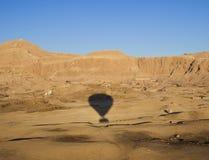 De vlucht van de ballon over tempel Hatshepsut Stock Foto