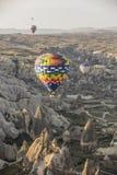 De vlucht van de hete luchtballon in Cappadocia, Turkije Royalty-vrije Stock Foto's