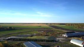 De vlucht van het vogeloog over vee complex onder gebieden stock footage