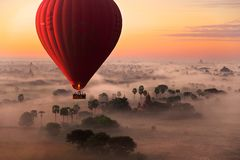 De vlucht van de hete luchtballon in Bagan stock foto's