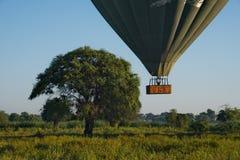 De vlucht van de hete luchtballon over Bagan stock fotografie