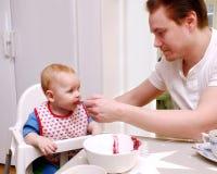 De voedende baby van de mens Stock Afbeelding