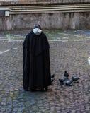 De voedende duiven van de benedictinemonnik op de straat, Rome, Italië stock afbeelding