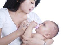 De voedende geïsoleerde baby van de close-upmoeder - Stock Afbeeldingen