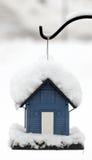 De voeder van de vogel in sneeuw wordt behandeld die Stock Foto's