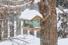 De Voeder van de Vogel van de winter royalty-vrije stock afbeeldingen
