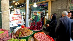 De voedselbox in Tajrish-Bazaar, Teheran, Iran stock videobeelden