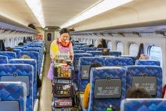 De voedseldienst in Hikari Shinkansen Stock Foto