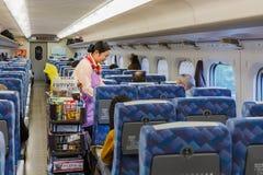 De voedseldienst op een Shinkansen Stock Afbeeldingen