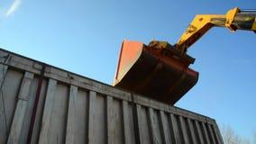 De voedselfabriek, Voedsel, Graangewas, Tractor dumpt tarwekorrels stock videobeelden