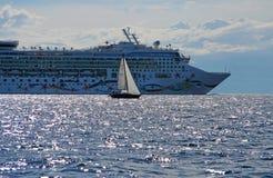 De voering van de cruise en een klein jacht stock afbeelding