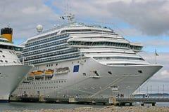 De Voeringen van de cruise bij Pier Royalty-vrije Stock Afbeelding