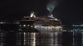 De Voerings het Noorse Juweel van de passagierscruise Omgekeerde Varen in Zeehaven bij Donkere Nacht stock footage