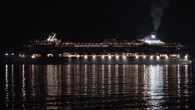 De Voerings Noors Juweel die van de passagierscruise in Vreedzame Oceaan bij donkere nacht varen stock footage