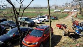 De voertuigen die in coutryside ophouden (China) Stock Foto