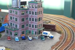 De voertuigen en de Kleine gebouwen bij vertoning bij de Grote Trein tonen royalty-vrije stock afbeelding