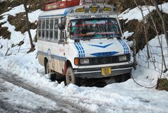 De voertuigen liepen op het Hoogste Thanamandi-Gebied DKG na verse sneeuwval vast bij Mughal-Road in Poonch Stock Fotografie