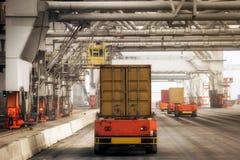 De voertuigen van de verschepende containerhaven royalty-vrije stock afbeelding