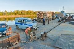 De voertuigveerboot komt meer dichtbij aan de meertros Rusland Royalty-vrije Stock Afbeelding