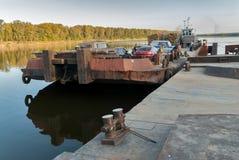 De voertuigveerboot komt meer dichtbij aan de meertros Rusland Stock Fotografie