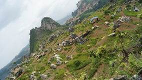 De voet de bergen en groene heuvels Royalty-vrije Stock Fotografie