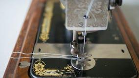 De voet van antieke hand Naaimachine, sluit omhoog, geselecteerde nadruk royalty-vrije stock afbeeldingen
