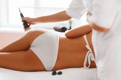 De voet van de vrouw in het water De behandeling van de ultrasone klankcavitatie Anti -anti-cellulite en a royalty-vrije stock afbeeldingen
