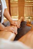 De voet van de vrouw in het water De Therapie van de kuuroordmassage Vrouwenbenen Anti-anti-cellulite, Skincare stock afbeeldingen