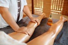 De voet van de vrouw in het water De Therapie van de kuuroordmassage Vrouwenbenen Anti-anti-cellulite, Skincare stock foto
